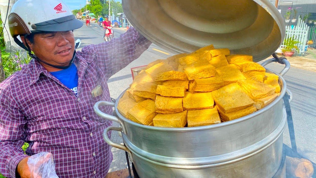 """Đậu hủ kẹp rau răm - món ăn siêu lạ khiến người đàn ông từ vô danh ở Châu Đốc bỗng trở nên nổi tiếng, nay được cả Sài Gòn săn lùng ăn thử để biết vì sao có thể """"mua 1 lời 5""""!? - Ảnh 1."""