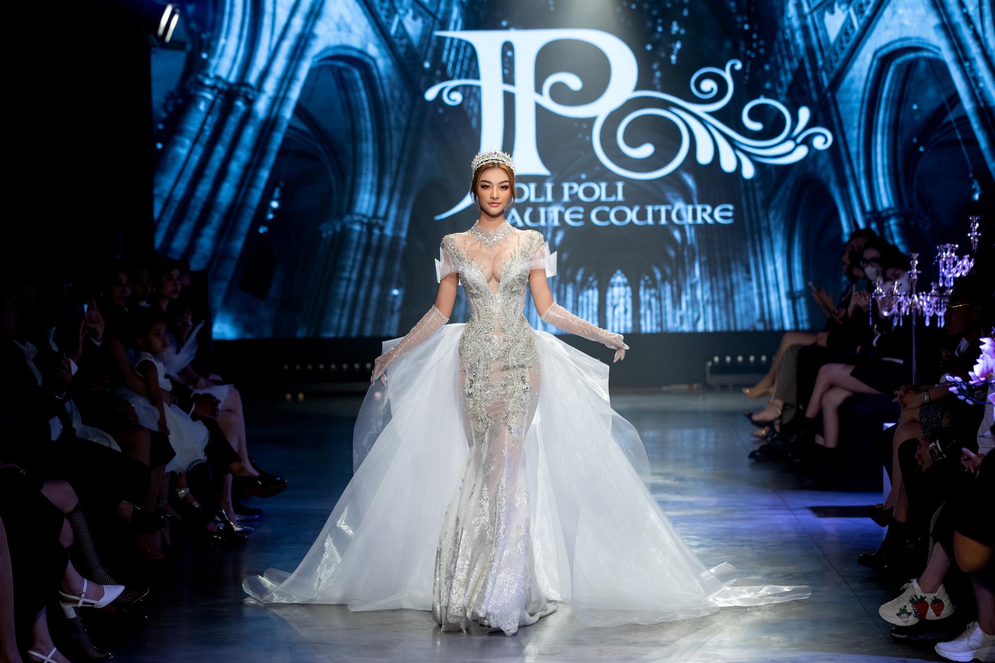 """Cả Hoa hậu Tiểu Vy và Á hậu Kiều Loan đều khiến khán giả """"ngột thở"""" với màn khoe ngực khủng trên sàn diễn  Fashion Festival ngày 3 - Ảnh 2."""
