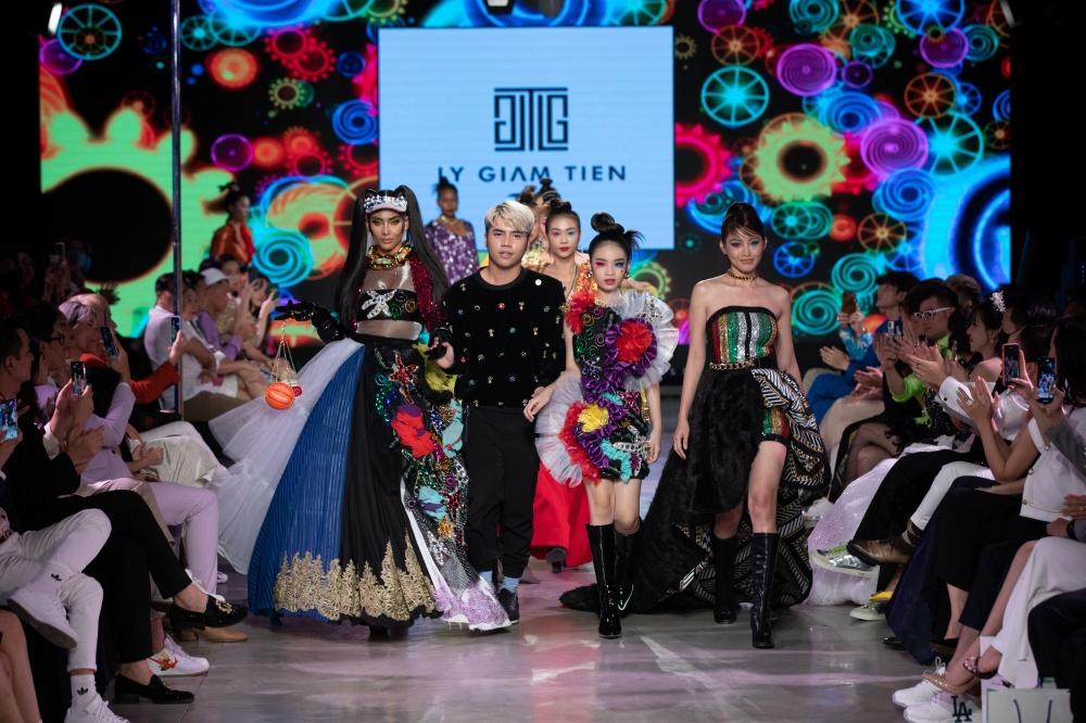 Phương Mai hóa thân thành vũ công múa cột, Võ Hoàng Yến nhảy múa tung tăng trên sàn rumway ngày cuối Fashion Festival - Ảnh 15.