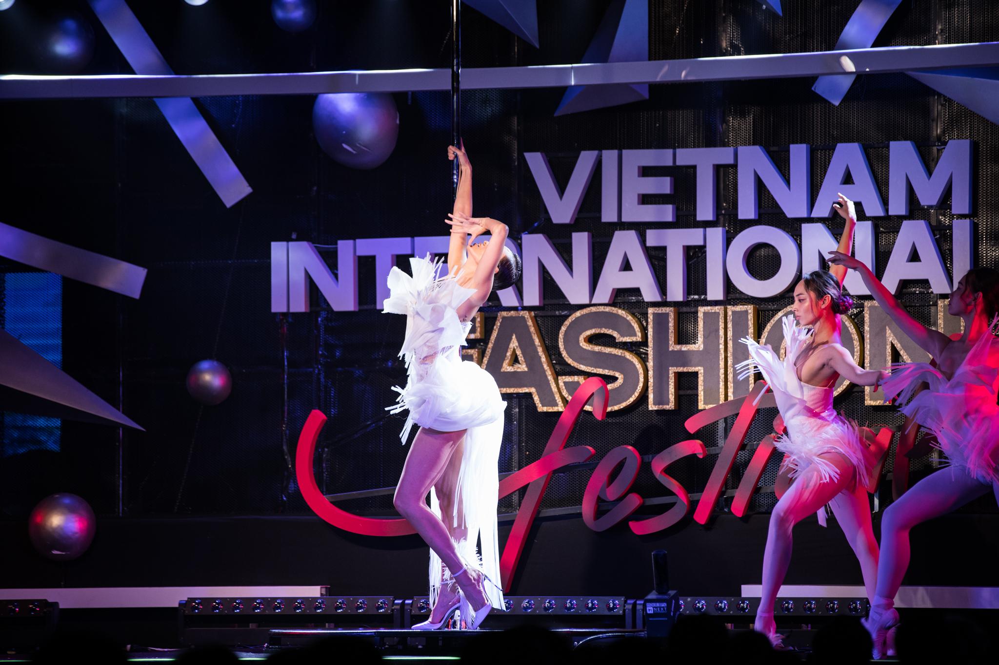 Phương Mai hóa thân thành vũ công múa cột, Võ Hoàng Yến nhảy múa tung tăng trên sàn rumway ngày cuối Fashion Festival - Ảnh 7.