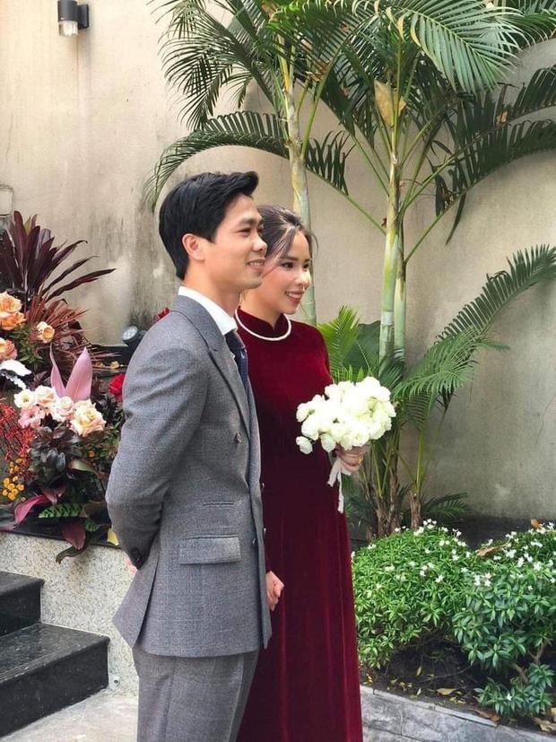 Vợ Công Phượng giản dị hết mức, lần cưới thứ 3 tại quê chồng vẫn chọn tóc búi đơn giản và áo dài đơn sắc  - Ảnh 2.