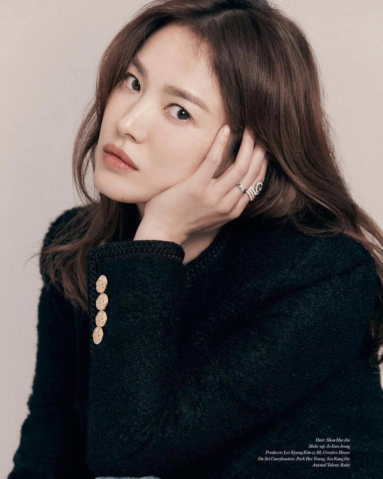 Song Hye Kyo đụng hàng Lisa: Tường thành nhan sắc U40 liệu có qua mặt đại sứ toàn cầu của Celine? - Ảnh 2.