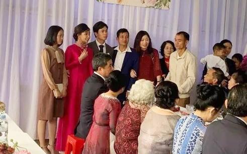 Hình ảnh Công Phượng - Viên Minh tươi cười trong rạp đám cưới ở quê gây xúc động mạnh, sau những sang chảnh ở Sài Gòn hay Phú Quốc thì tình người quê hương sao mà ấm đến vậy!