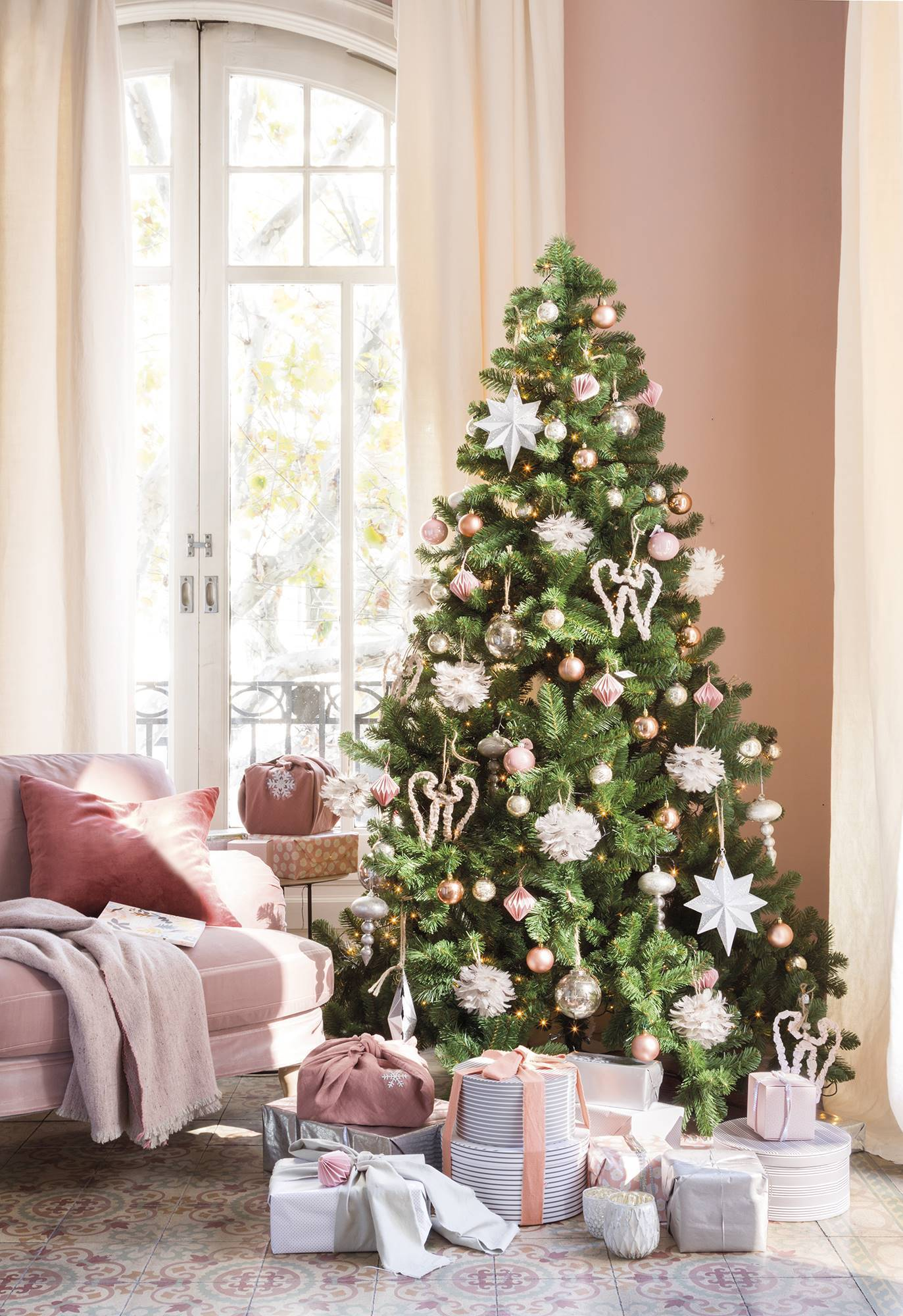 Căn nhà bừng sáng lung linh mùa Giáng sinh nhờ khéo mix đồ trang trí - Ảnh 1.