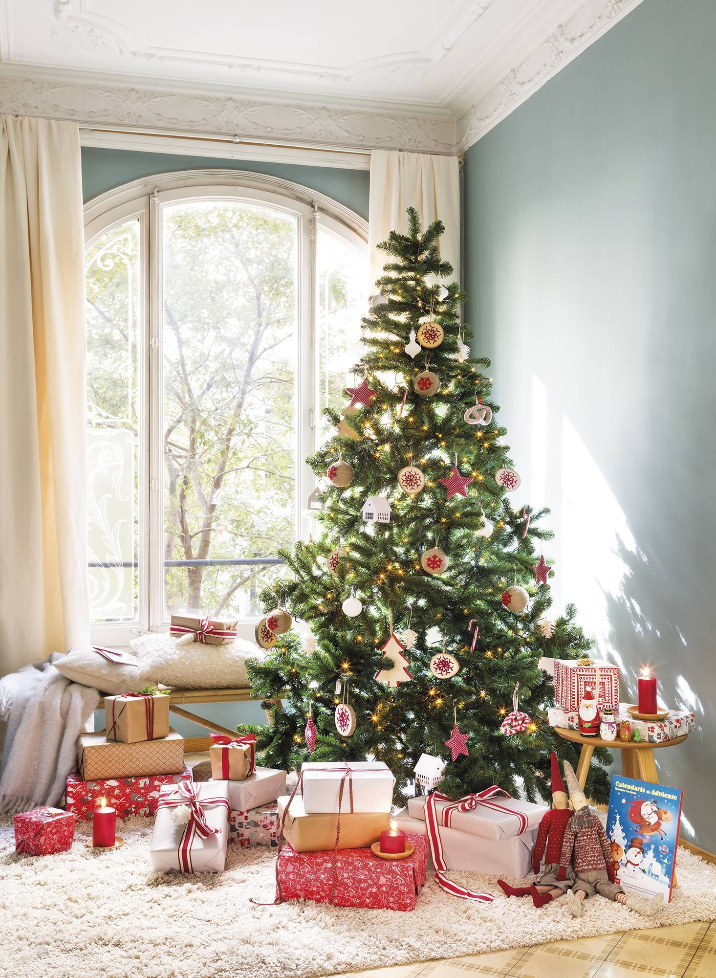 Căn nhà bừng sáng lung linh mùa Giáng sinh nhờ khéo mix đồ trang trí - Ảnh 4.