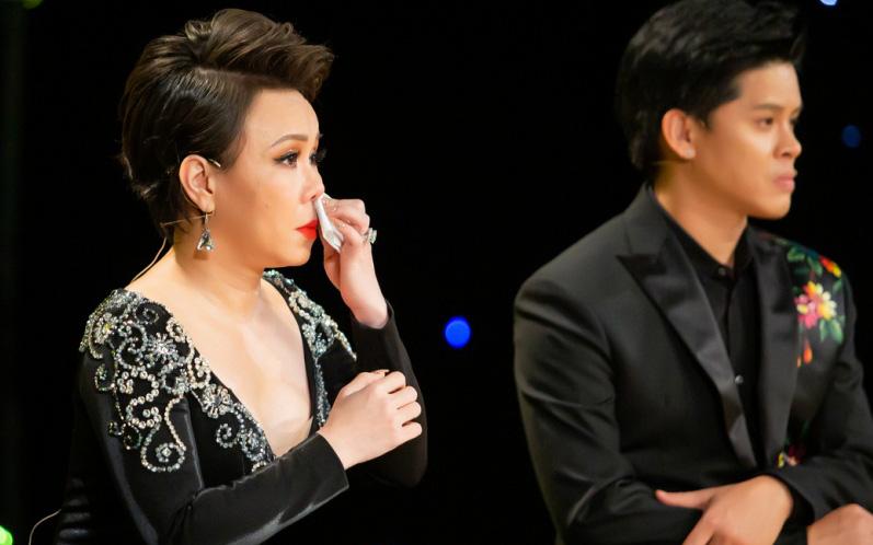 """Thí sinh """"Vũ điệu vàng"""" khiến Việt Hương rơi nước mắt vì nhớ lại năm 15 tuổi đi hát vũ trường"""