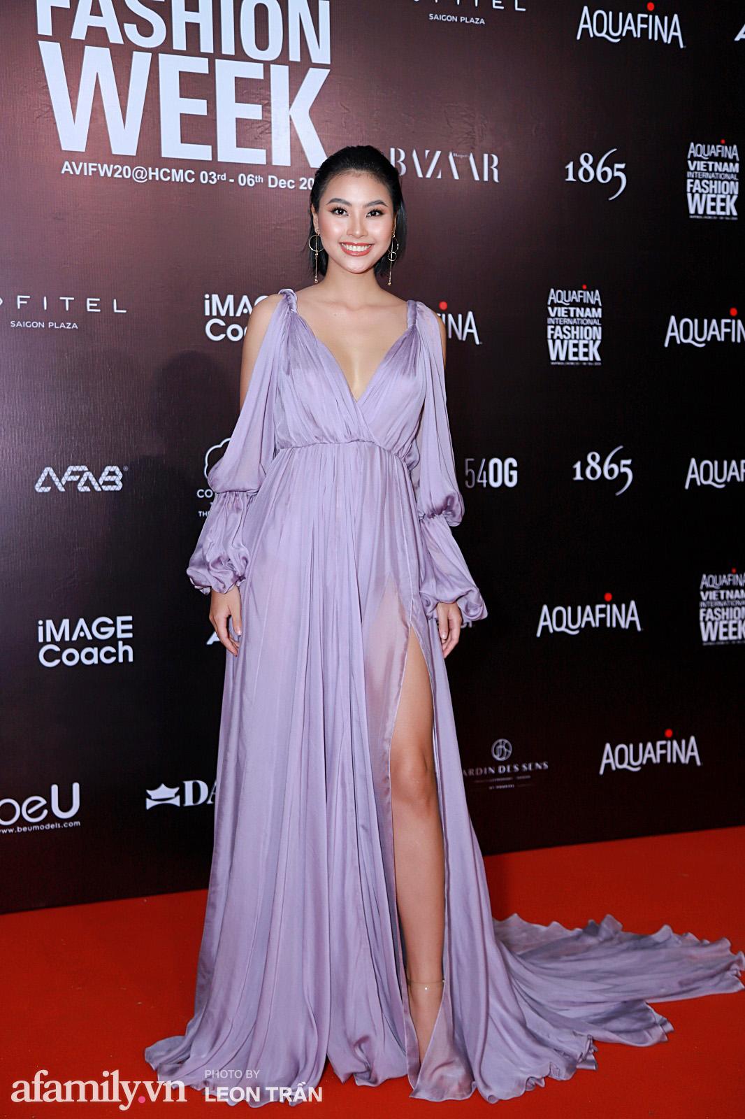 """Thảm đỏ Aquafina Vietnam International Fashion Week 2020: Nóng """"bỏng mắt"""" với màn phô diễn vòng 1 của Hoàng Thùy và Võ Hoàng Yến - Ảnh 18."""