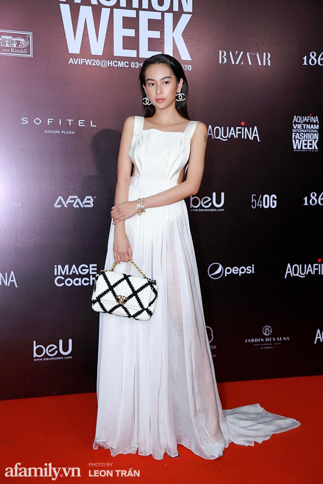 """Thảm đỏ Aquafina Vietnam International Fashion Week 2020: Nóng """"bỏng mắt"""" với màn phô diễn vòng 1 của Hoàng Thùy và Võ Hoàng Yến - Ảnh 20."""