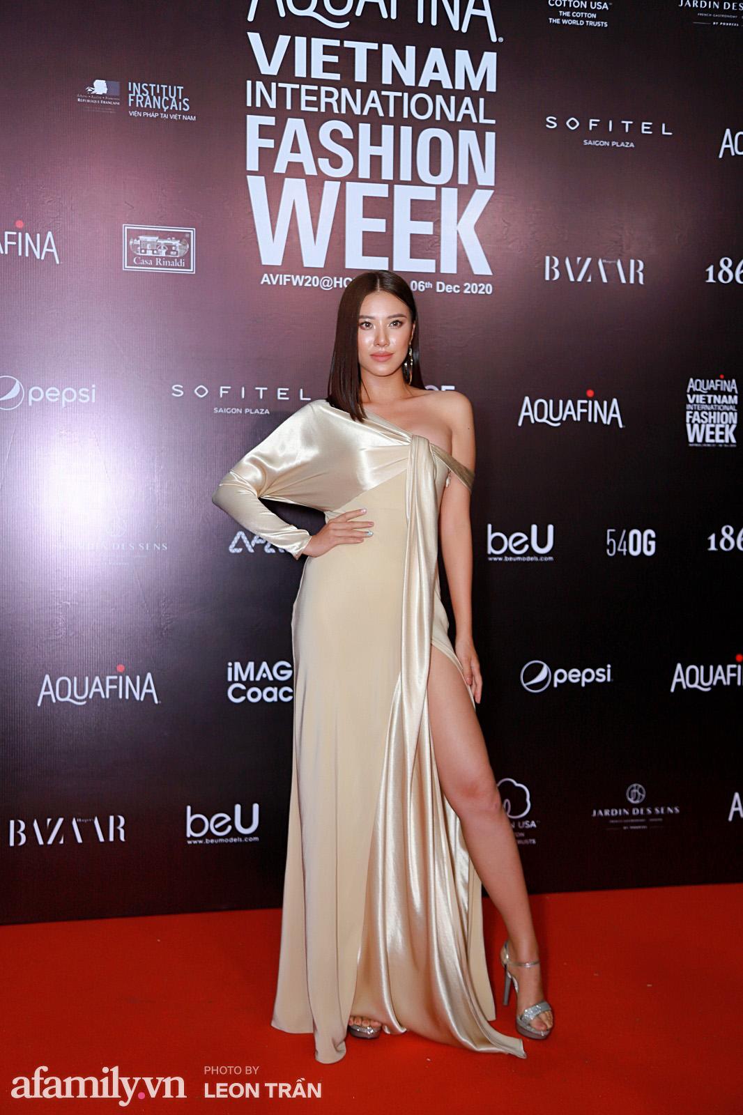 """Thảm đỏ Aquafina Vietnam International Fashion Week 2020: Nóng """"bỏng mắt"""" với màn phô diễn vòng 1 của Hoàng Thùy và Võ Hoàng Yến - Ảnh 19."""