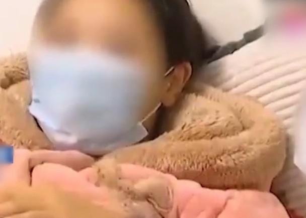 Sau sinh mấy tuần thấy có mùi hôi khó chịu, bà mẹ đi khám thì phát hiện thứ kinh khủng màu đen được lấy ra từ cơ thể