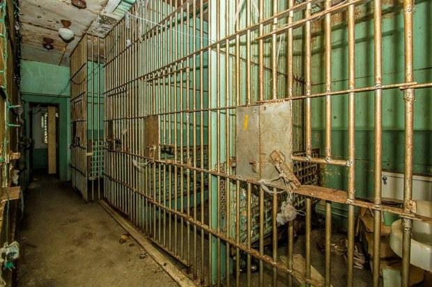 Căn nhà đẹp như mơ được rao bán giá rẻ bèo vì nhà tù 7 phòng giam rùng rợn bên trong nhưng không gian sống chính lại gây ngỡ ngàng hơn cả - Ảnh 4.