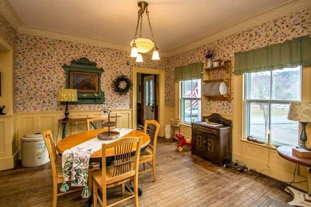 Căn nhà đẹp như mơ được rao bán giá rẻ bèo vì nhà tù 7 phòng giam rùng rợn bên trong nhưng không gian sống chính lại gây ngỡ ngàng hơn cả - Ảnh 8.