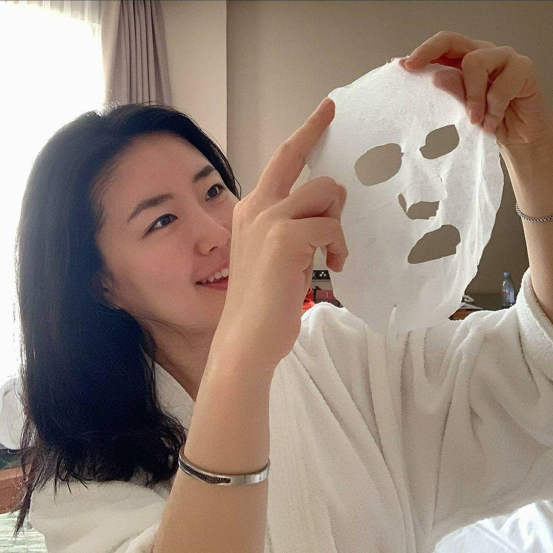 Làn đẹp cấp tốc cuối năm: Đắt mặt nạ này 3 phút, da dẻ láng căng tức thì, makeup ăn tiệp hẳn - Ảnh 2.