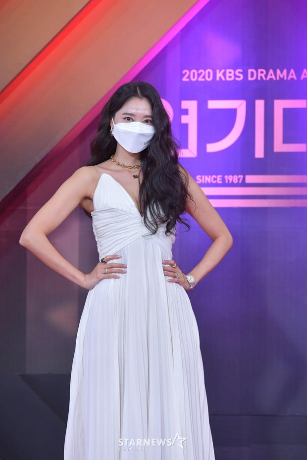 """Dàn diễn viên đình đám nhất Kbiz đọ sắc tại KBS Drama Awards: """"Mỹ nhân đẹp nhất thế giới"""" Nana đọ sắc cực gắt bên cạnh dàn mỹ nhân sở hữu vòng 1 khủng - Ảnh 6."""