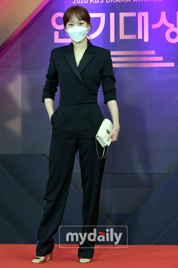 """Dàn diễn viên đình đám nhất Kbiz đọ sắc tại KBS Drama Awards: """"Mỹ nhân đẹp nhất thế giới"""" Nana đọ sắc cực gắt bên cạnh dàn mỹ nhân sở hữu vòng 1 khủng - Ảnh 12."""