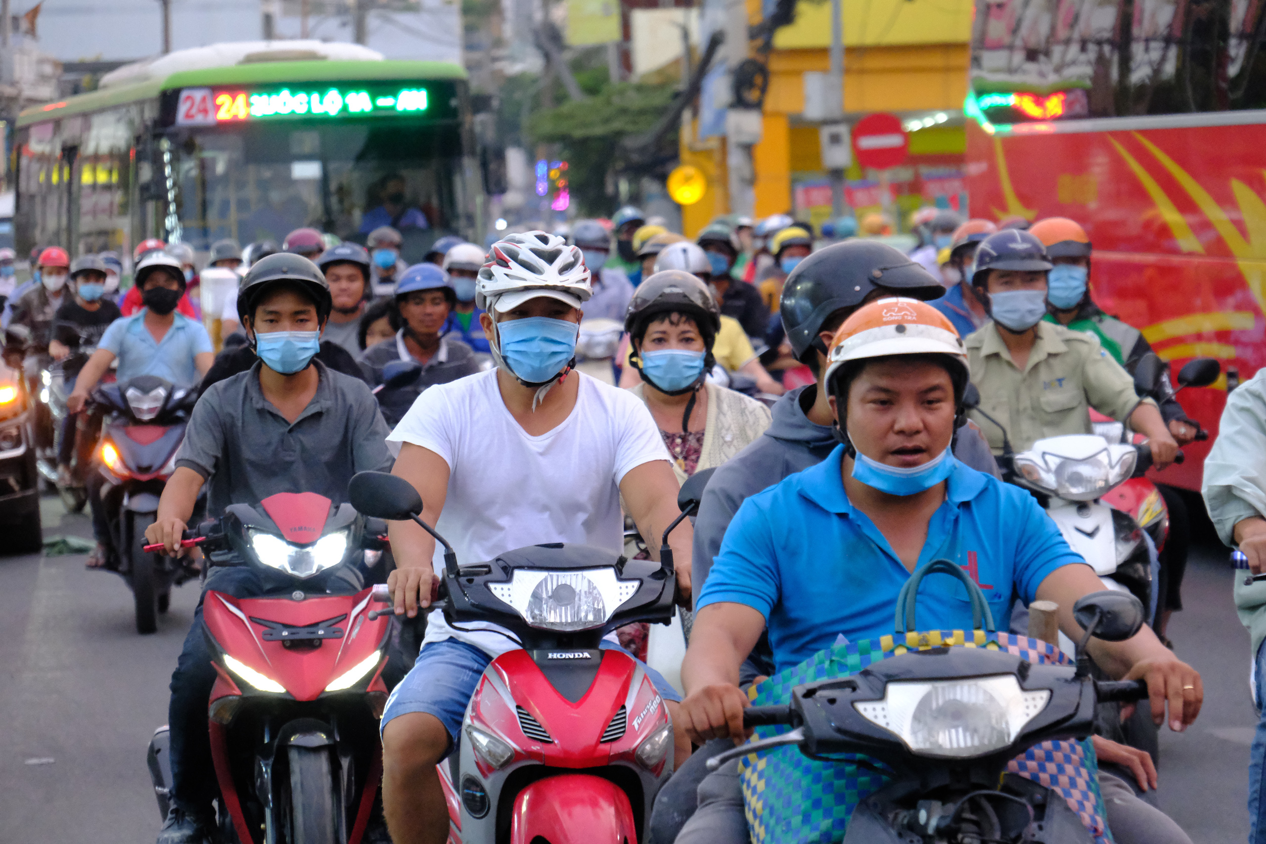 Chùm ảnh: Người dân ùn ùn kéo nhau về quê ăn Tết, Hà Nội tắc đường kinh hoàng chiều cuối năm - Ảnh 23.