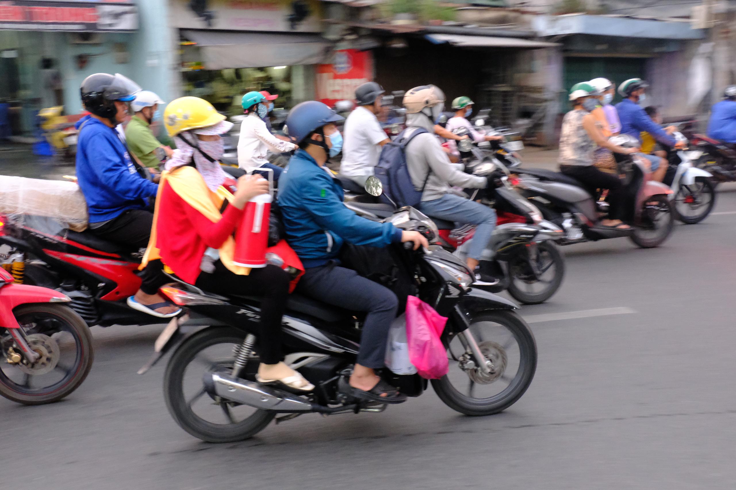 Chùm ảnh: Người dân ùn ùn kéo nhau về quê ăn Tết, Hà Nội tắc đường kinh hoàng chiều cuối năm - Ảnh 27.