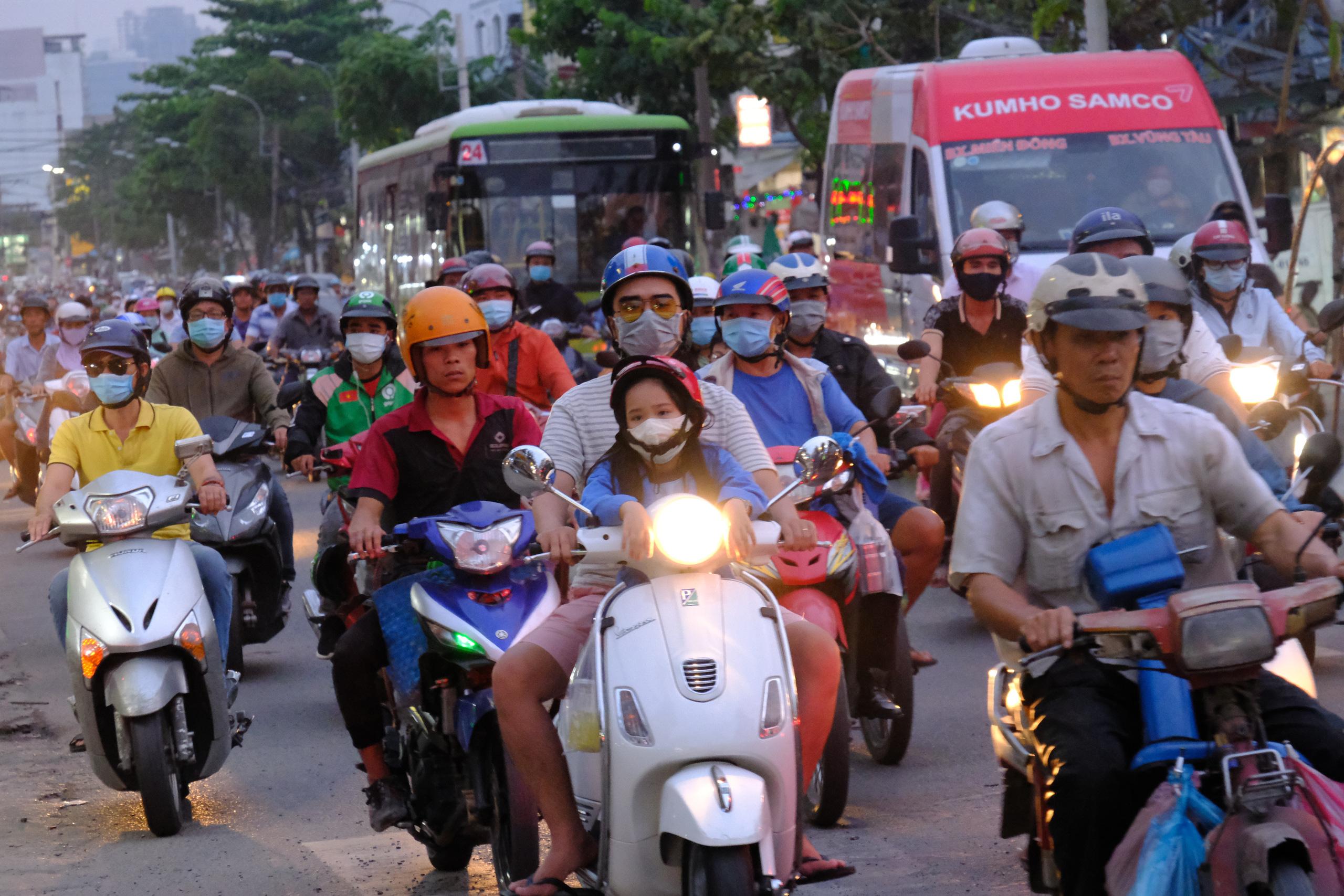 Chùm ảnh: Người dân ùn ùn kéo nhau về quê ăn Tết, Hà Nội tắc đường kinh hoàng chiều cuối năm - Ảnh 24.