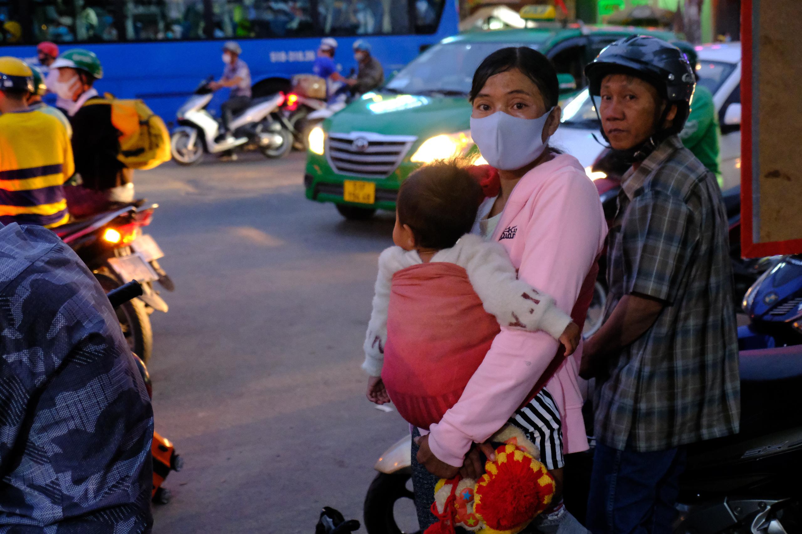 Chùm ảnh: Người dân ùn ùn kéo nhau về quê ăn Tết, Hà Nội tắc đường kinh hoàng chiều cuối năm - Ảnh 25.