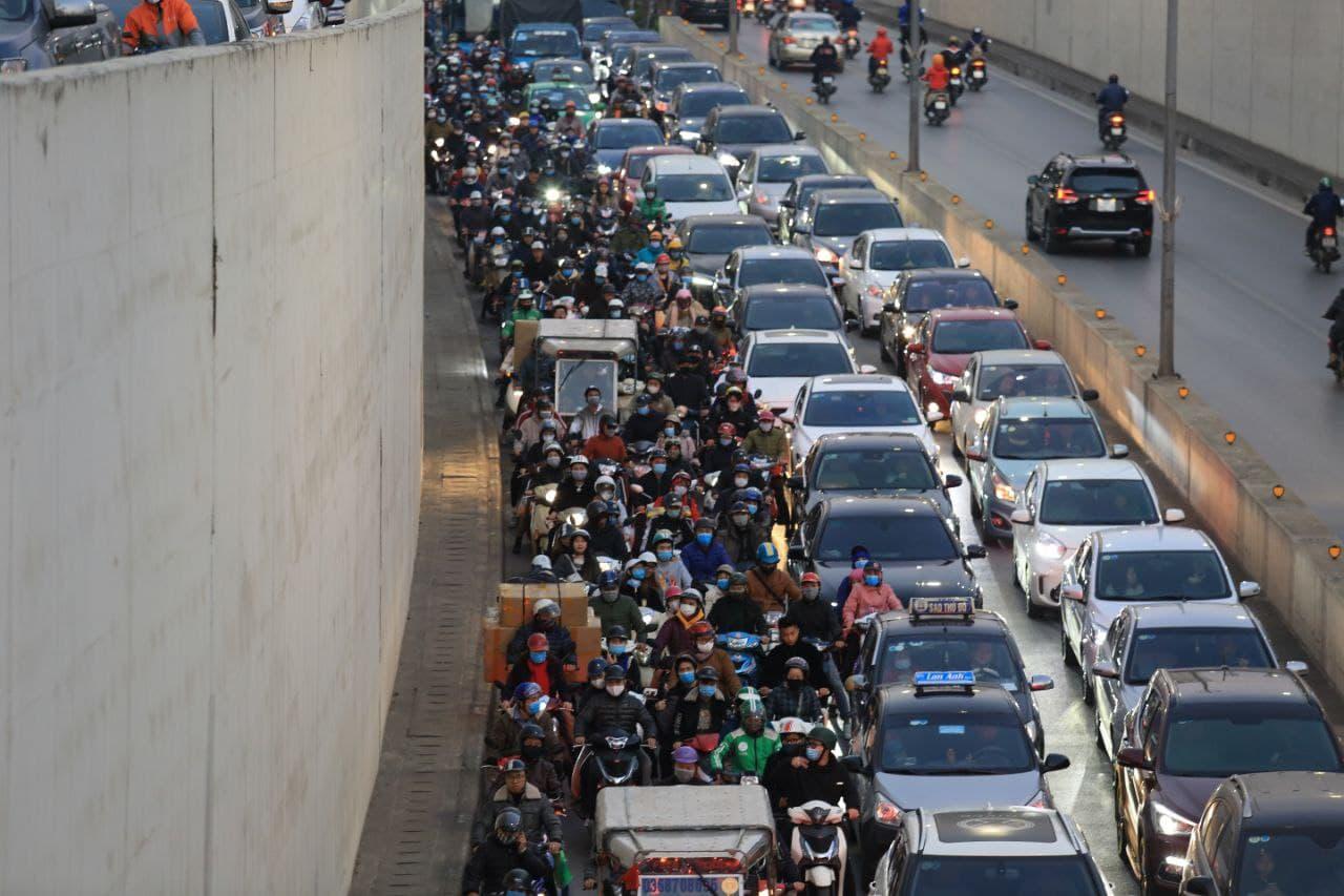 Chùm ảnh: Người dân ùn ùn kéo nhau về quê ăn Tết, Hà Nội tắc đường kinh hoàng chiều cuối năm - Ảnh 5.