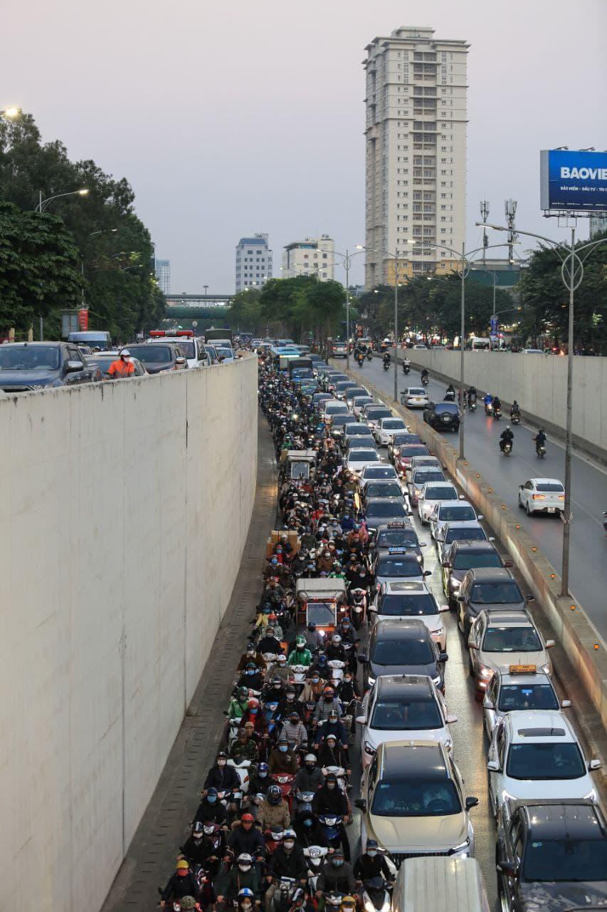 Chùm ảnh: Người dân ùn ùn kéo nhau về quê ăn Tết, Hà Nội tắc đường kinh hoàng chiều cuối năm - Ảnh 6.
