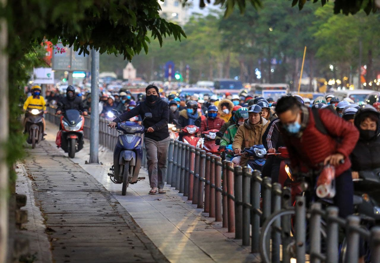 Chùm ảnh: Người dân ùn ùn kéo nhau về quê ăn Tết, Hà Nội tắc đường kinh hoàng chiều cuối năm - Ảnh 8.