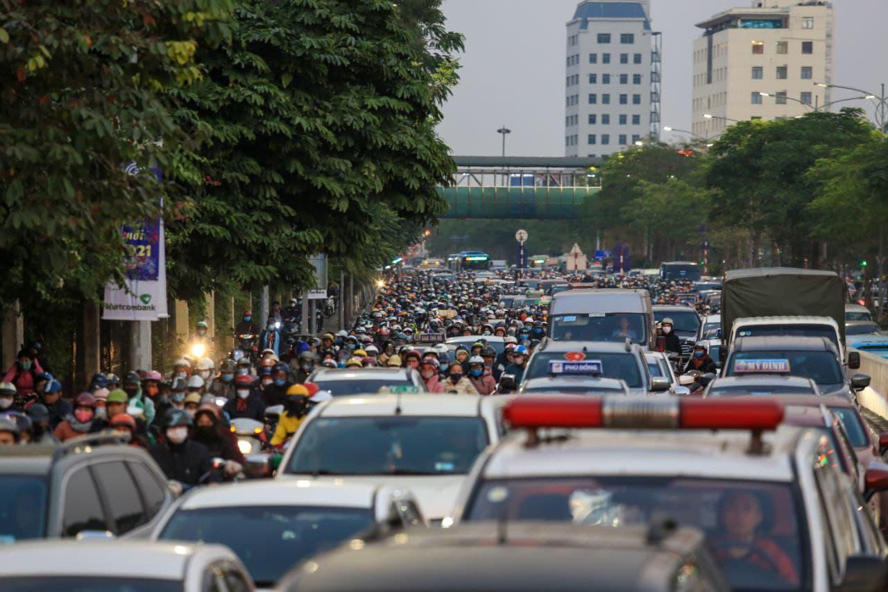 Chùm ảnh: Người dân ùn ùn kéo nhau về quê ăn Tết, Hà Nội tắc đường kinh hoàng chiều cuối năm - Ảnh 7.