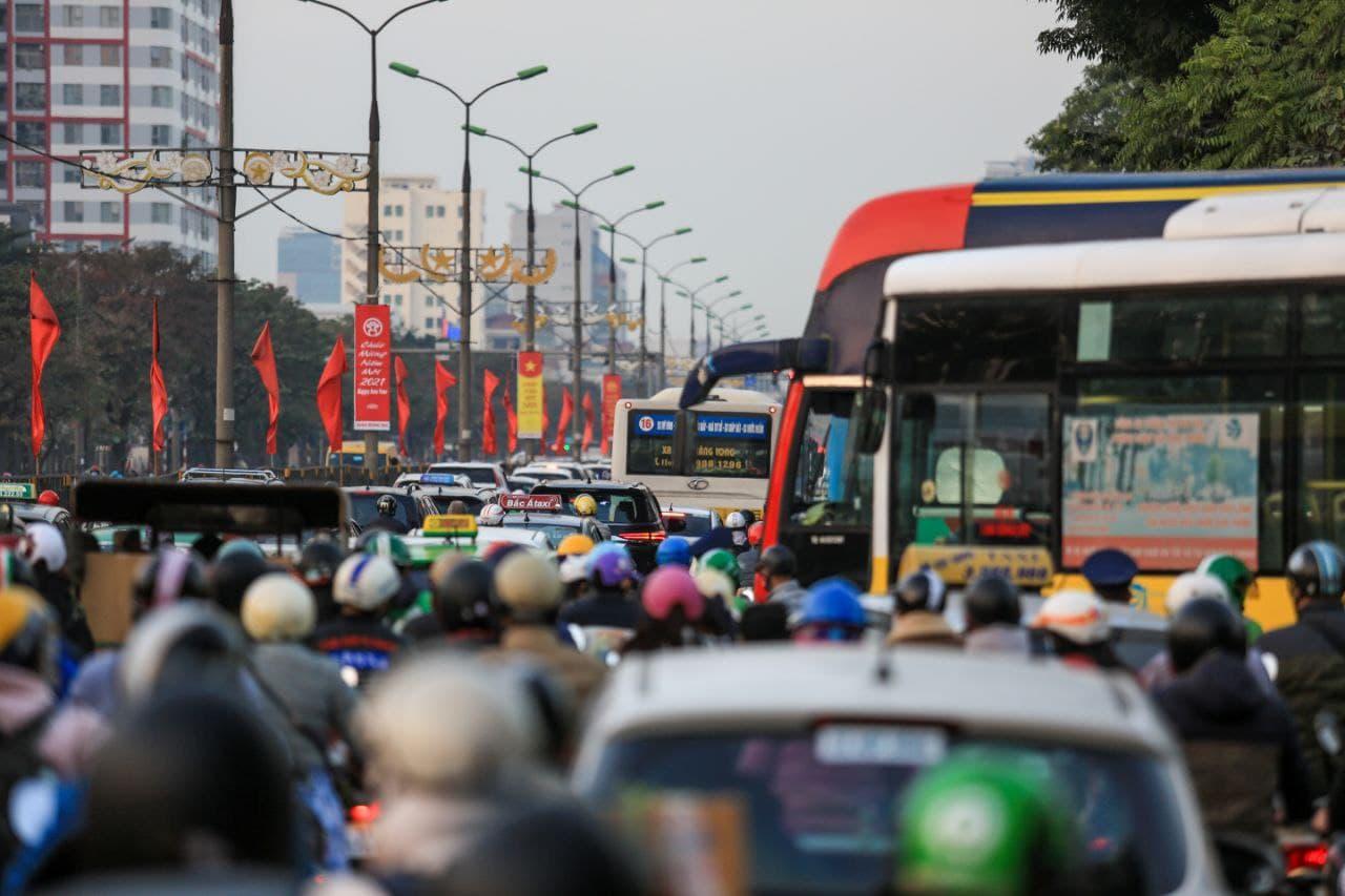 Chùm ảnh: Người dân ùn ùn kéo nhau về quê ăn Tết, Hà Nội tắc đường kinh hoàng chiều cuối năm - Ảnh 3.