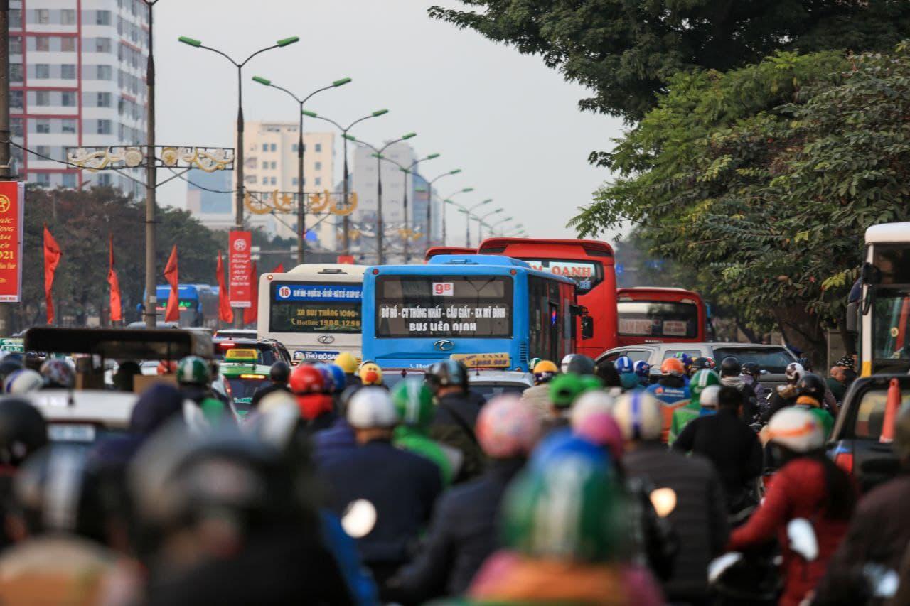 Chùm ảnh: Người dân ùn ùn kéo nhau về quê ăn Tết, Hà Nội tắc đường kinh hoàng chiều cuối năm - Ảnh 2.