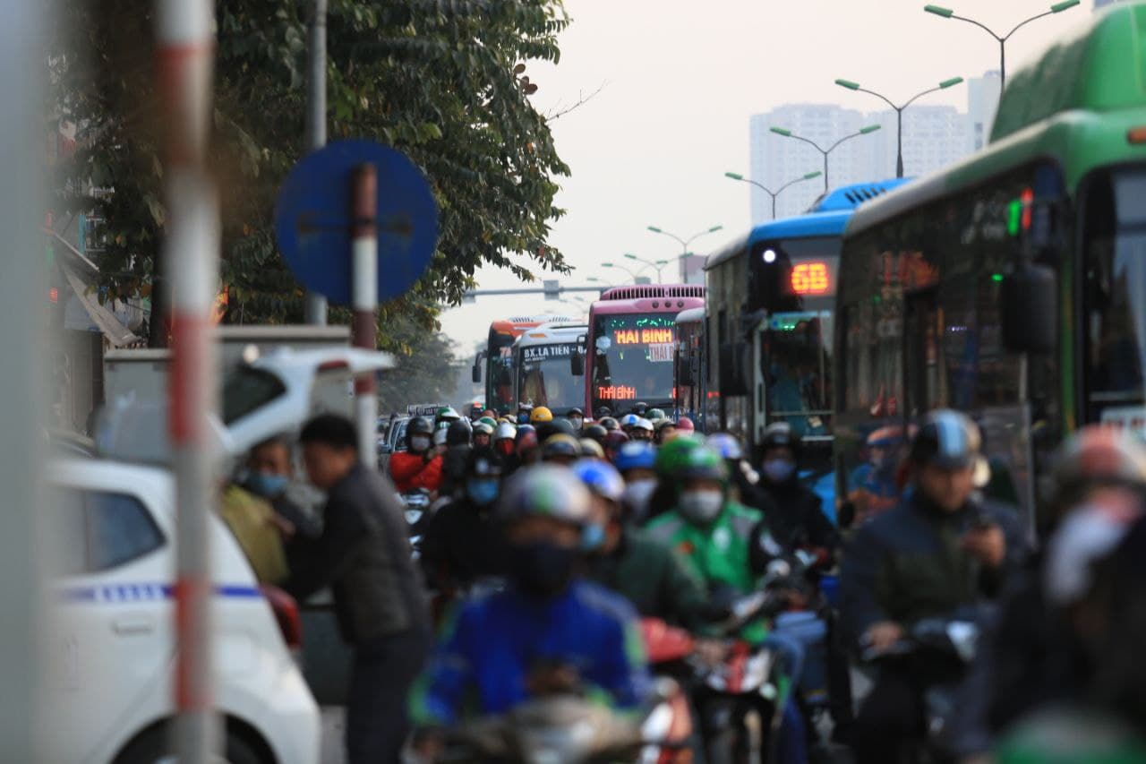 Chùm ảnh: Người dân ùn ùn kéo nhau về quê ăn Tết, Hà Nội tắc đường kinh hoàng chiều cuối năm - Ảnh 4.