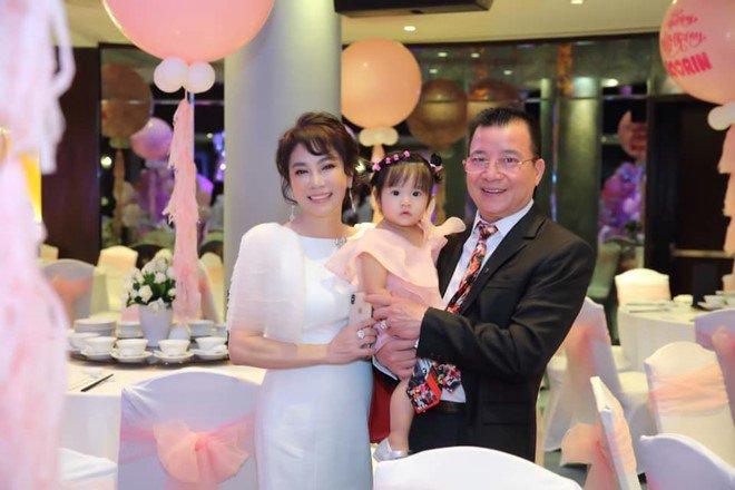 """4 bà mẹ chồng trẻ đẹp, sành điệu nhất Vbiz: Đứng cạnh con dâu nhìn như """"chị chị em em"""" - Ảnh 8."""