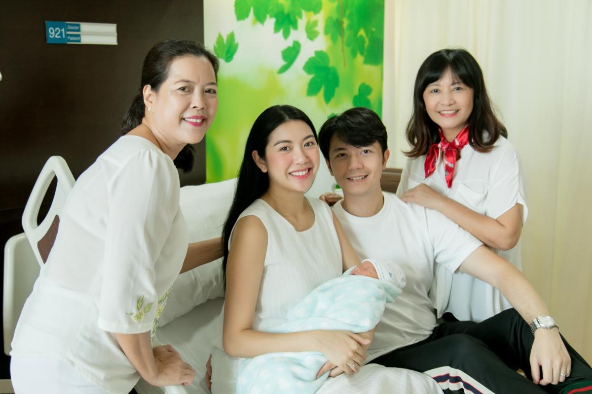 """4 bà mẹ chồng trẻ đẹp, sành điệu nhất Vbiz: Đứng cạnh con dâu nhìn như """"chị chị em em"""" - Ảnh 15."""
