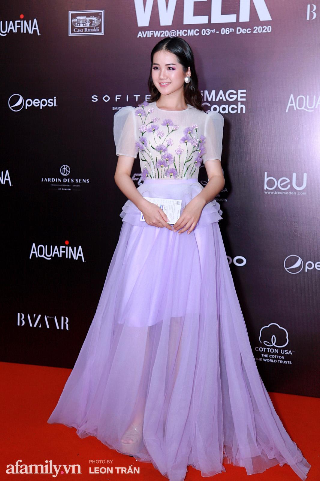 Thảm đỏ Aquafina Vietnam International Fashion Week 2020 ngày 3: Nhã Phương trẻ xinh trong bộ ren trắng, Diệu Nhi nhìn khác lạ trong bộ áo dài cách tân  - Ảnh 11.