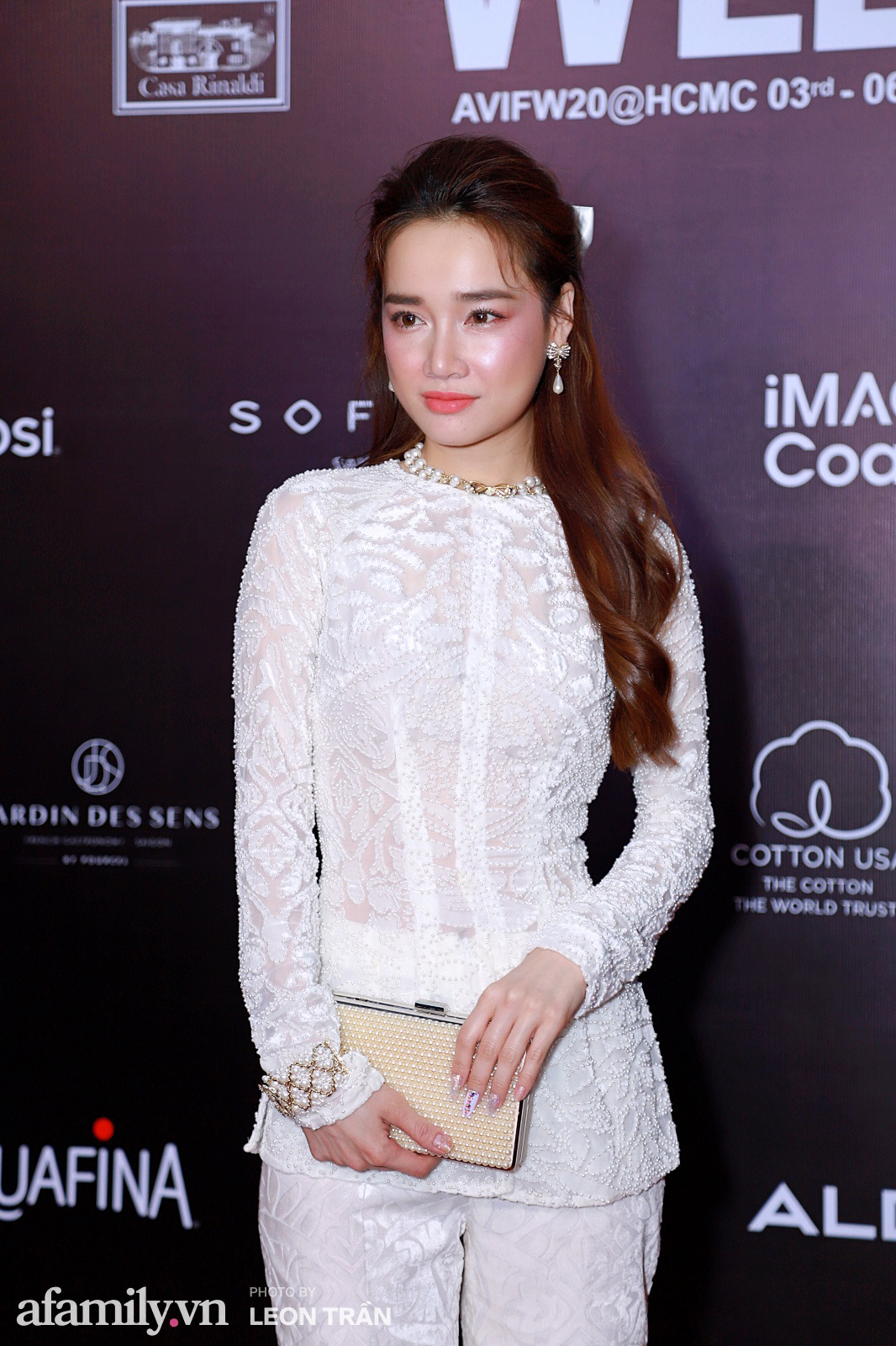 Thảm đỏ Aquafina Vietnam International Fashion Week 2020 ngày 3: Nhã Phương trẻ xinh trong bộ ren trắng, Diệu Nhi nhìn khác lạ trong bộ áo dài cách tân  - Ảnh 2.