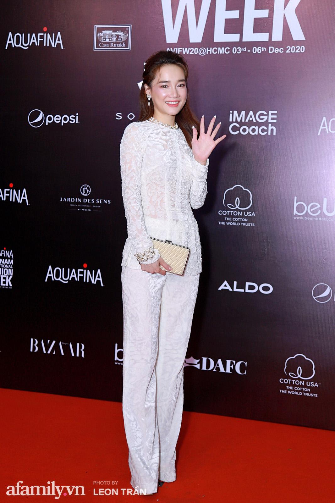 Thảm đỏ Aquafina Vietnam International Fashion Week 2020 ngày 3: Nhã Phương trẻ xinh trong bộ ren trắng, Diệu Nhi nhìn khác lạ trong bộ áo dài cách tân  - Ảnh 1.