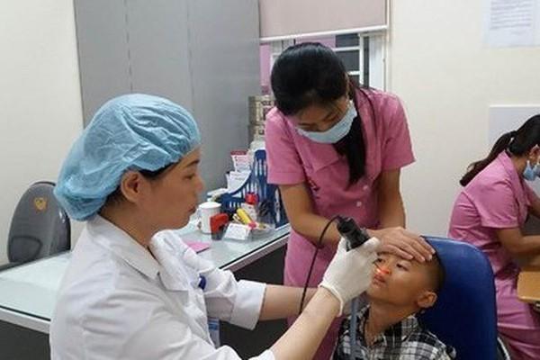Trẻ bỏng niêm mạc mũi vì mẹ nhỏ nước ép tỏi chữa nghẹt mũi - Ảnh 1.