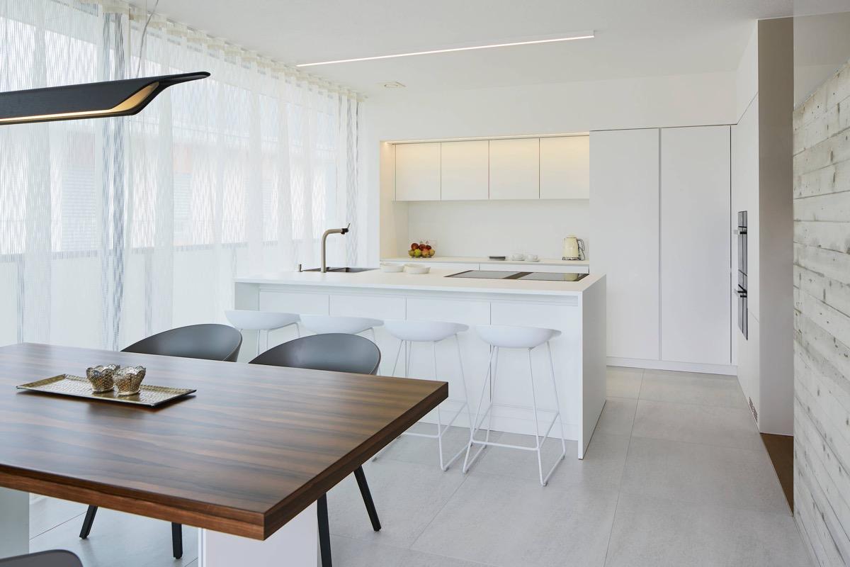 23 mẫu phòng bếp tối giản với tone màu trắng chủ đạo sẽ khiến bạn không thể không yêu - Ảnh 4.