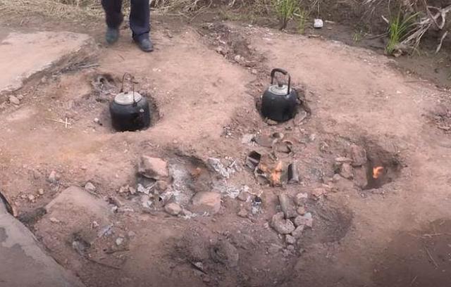 """Bí mật về """"ngọn lửa quỷ"""" cháy liên tục suốt 62 năm qua không hề tắt một giây, dân làng xếp hàng mang xoong nồi đến nấu nướng miễn phí - Ảnh 7."""