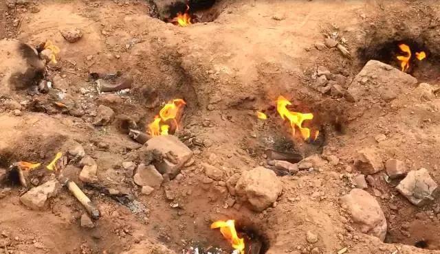 """Bí mật về """"ngọn lửa quỷ"""" cháy liên tục suốt 62 năm qua không hề tắt một giây, dân làng xếp hàng mang xoong nồi đến nấu nướng miễn phí - Ảnh 3."""