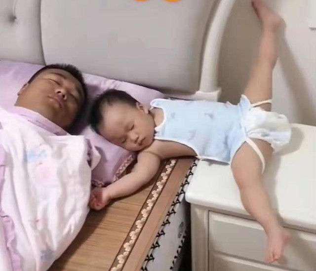 """Bố xung phong dỗ con ngủ, mẹ vào phòng nhìn cảnh tượng 2 cha con mà giận """"tím người"""" - Ảnh 1."""