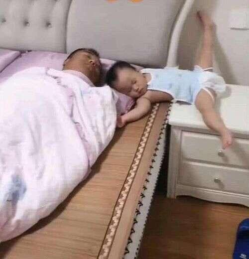 """Bố xung phong dỗ con ngủ, mẹ vào phòng nhìn cảnh tượng 2 cha con mà giận """"tím người"""" - Ảnh 2."""