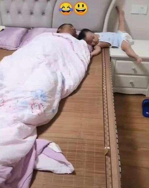 """Bố xung phong dỗ con ngủ, mẹ vào phòng nhìn cảnh tượng 2 cha con mà giận """"tím người"""" - Ảnh 3."""