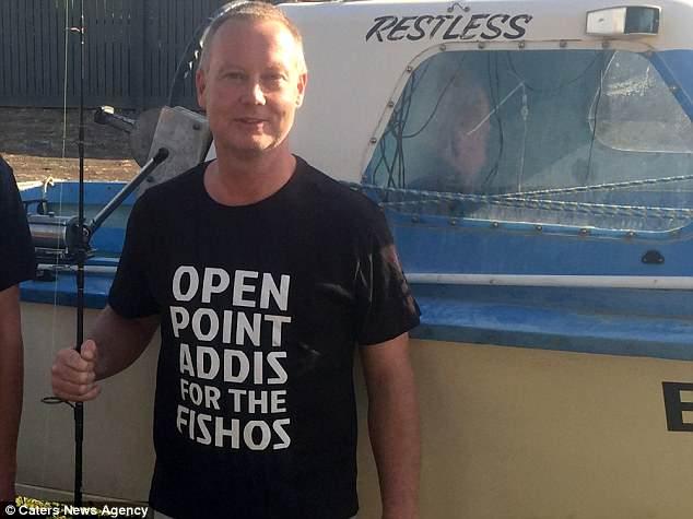 Thấy bụng cá mập đã chết vẫn chuyển động kỳ lạ, người đàn ông cầm dao hành động dứt khoát, nào ngờ cứu được gần 100 sinh mạng - Ảnh 3.