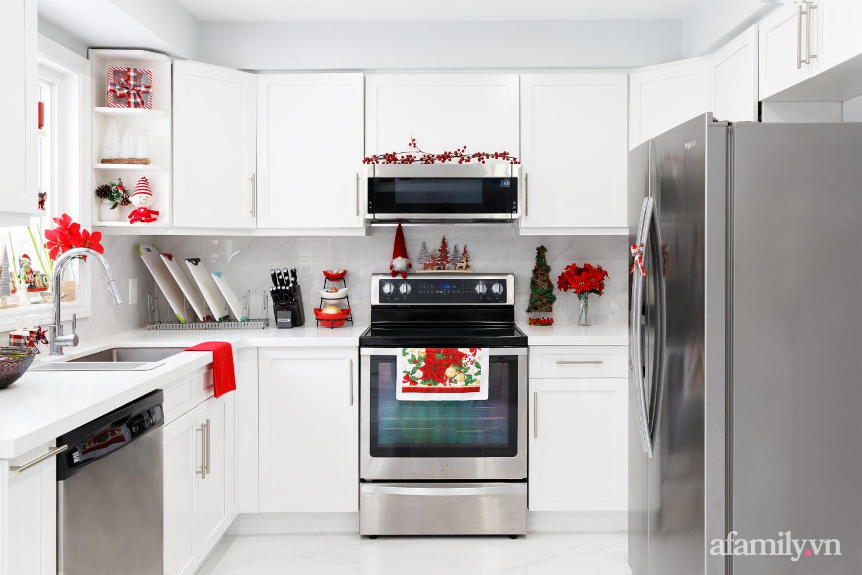 Căn bếp trắng – đỏ đẹp bình an đón Giáng sinh về của mẹ Việt ở Canada - Ảnh 1.