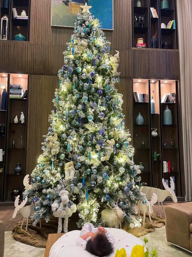 """Sao Việt trang trí nhà sớm trước thềm Noel: riêng cây thông hoành tráng trong biệt thự """"triệu đô"""" của Cường Đô La khiếm dân tình """"ngã ngửa"""" - Ảnh 1."""