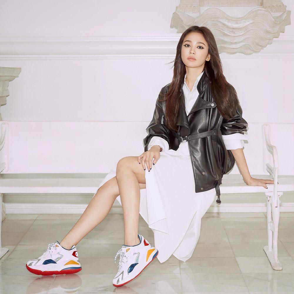 """Ai mà ngờ Song Hye Kyo lớn tuổi hơn Son Ye Jin vì cô trẻ trung lấn át cả """"chị đẹp"""" khi chung ý tưởng diện đồ - Ảnh 3."""