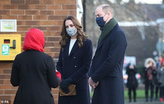 Bị nhà Sussex cố tình chiếm spotlight và nhận ý kiến trái chiều về chuyến đi 3 ngày, Công nương Kate có phản ứng khiến nhiều người nể phục - Ảnh 3.