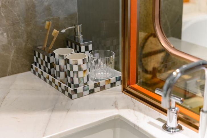 Những mẹo đơn giản dễ làm biến phòng tắm tẻ nhạt thành không gian thư giãn ở khách sạn sang chảnh - Ảnh 6.