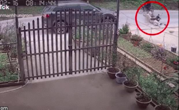 Clip: Cố vượt container, cô gái đi xe máy bị ô tô chạy ngược chiều hất bay xuống đường - Ảnh 2.