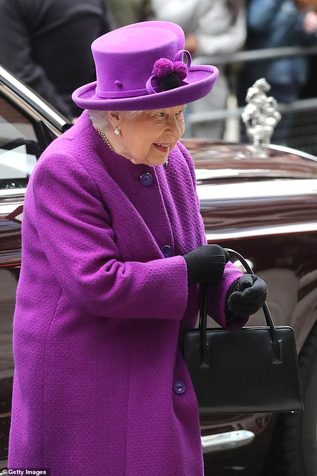 """Nữ hoàng Anh tái xuất vui vẻ sau thông tin """"giáng đòn chí mạng"""" vào vợ chồng Meghan Markle còn cộng đồng mạng thì hả hê sung sướng - Ảnh 4."""